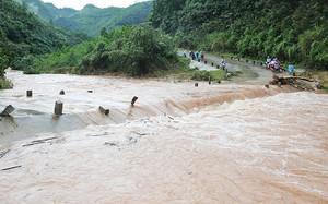Hòa Bình: Cố vượt cầu ngập nước, người đàn ông bị lũ cuốn mất tích