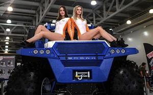 """Dàn chân dài """"đốt mắt"""" tại triển lãm ôtô lớn nhất nước Nga"""
