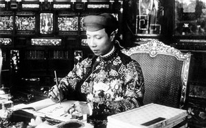 Công chức Huế mặc áo dài: Nhìn lại trang phục cung đình triều Nguyễn