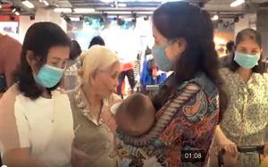 Video: Cụ bà 80 tuổi cùng các con gái 'săn' hàng dịp Black Friday