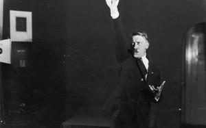 """Loạt ảnh Hitler trông cực """"ngớ ngẩn"""" giống đang làm trò cười"""