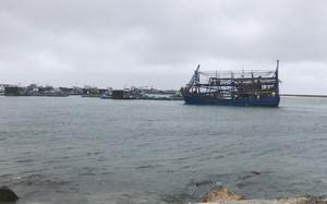 Tàu kéo sà lan gặp nạn khi tránh bão, ứng cứu 13 thuyền viên
