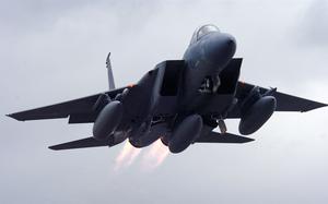 Tiêm kích F-15E của Mỹ mạnh ngang máy bay ném bom chiến lược Trung Quốc