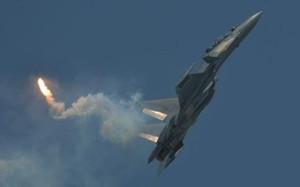 """""""Hổ mang chúa"""" Su-30MKM tung cánh giữa dàn chiến đấu cơ Mỹ tại Biển Đông"""