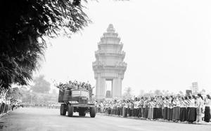 Hình ảnh người dân Campuchia chào đón quân tình nguyện Việt Nam