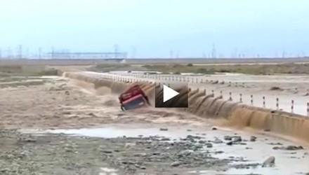 Dùng máy xúc giải cứu tài xế xe tải bị kẹt giữa dòng nước lũ