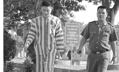 Sát thủ Lê Văn Luyện đọc sách Phật học châm cứu trong tù