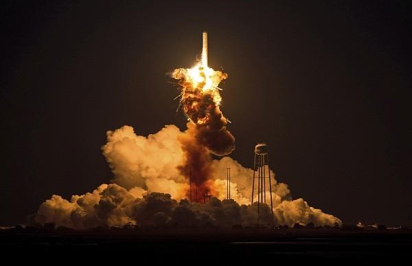 Tên lửa Mỹ khó dứt tình động cơ Nga