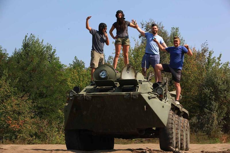 Người dân Nga có thể lái những loại xe quân sự nào đi chợ?