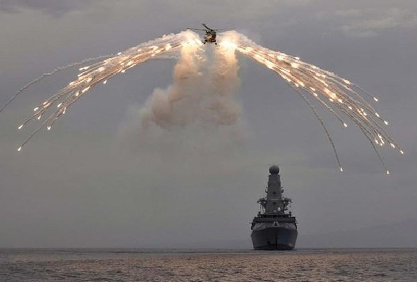 """Có phải chăng Hải quân Anh đang cố tình chọc giận """"Gấu Nga""""?"""