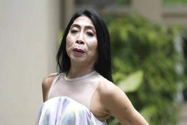 """Lộ clip trang điểm, """"hiện tượng chuyển giới"""" Thái Lan khiến fan hoảng sợ"""