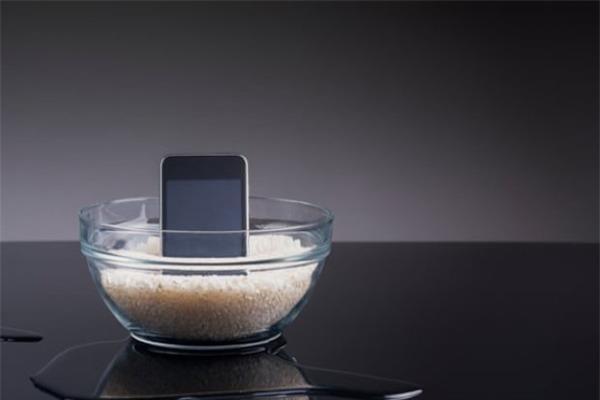 Làm rơi smartphone xuống nước, cần xử lý thế nào?