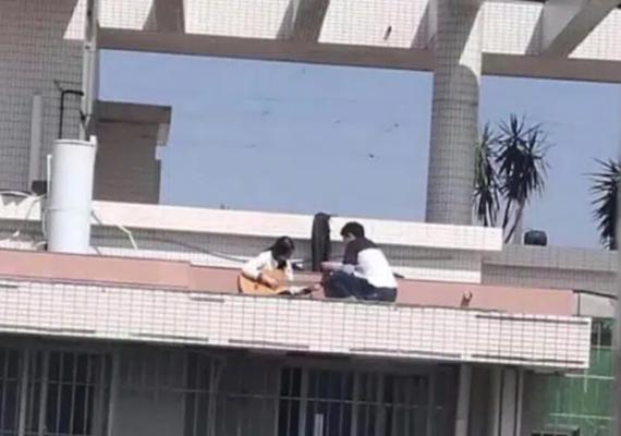 Cặp đôi khiến cộng đồng mạng nhức mắt vì diễn cảnh nóng ở sân thượng