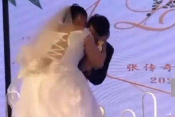 Chú rể bị vợ cưỡng hôn , danh tính cô dâu gây bất ngờ