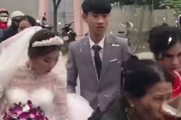 Chú rể 2k3 buồn bã trong đám cưới vì bị ép lấy vợ 29 tuổi
