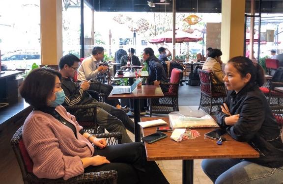 Hàng quán ở Hà Nội mở cửa trở lại, quán cà phê đông nghịt