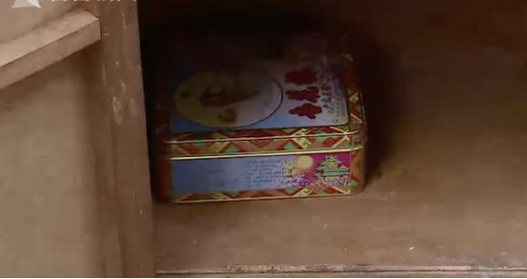 Vứt chiếc tủ cũ của cha, con trai sốc nặng khi nhận lại thứ không ngờ