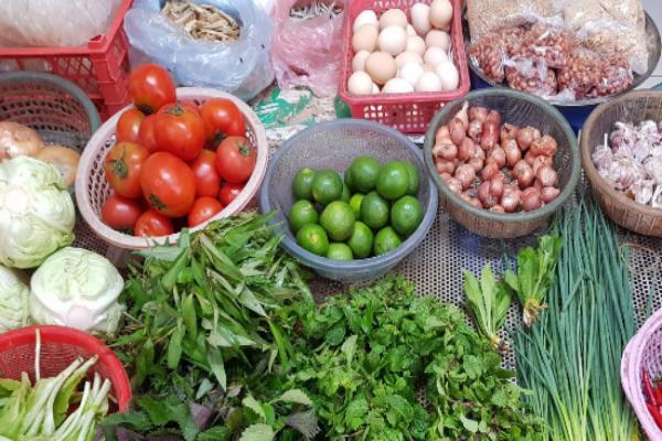 Một nhà đi chợ hộ ba hàng xóm, đến bữa thi món ngon qua mạng
