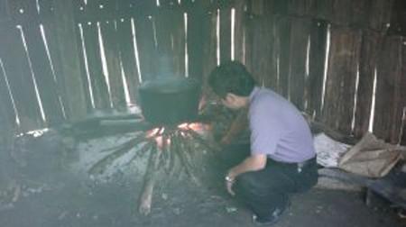 Ông Trần Đăng Tuấn bên nồi cơm của học sinh dân tộc nội trú dân nuôi ở Suối Giàng.  Nguồn: Blog Trần Đăng Tuấn.