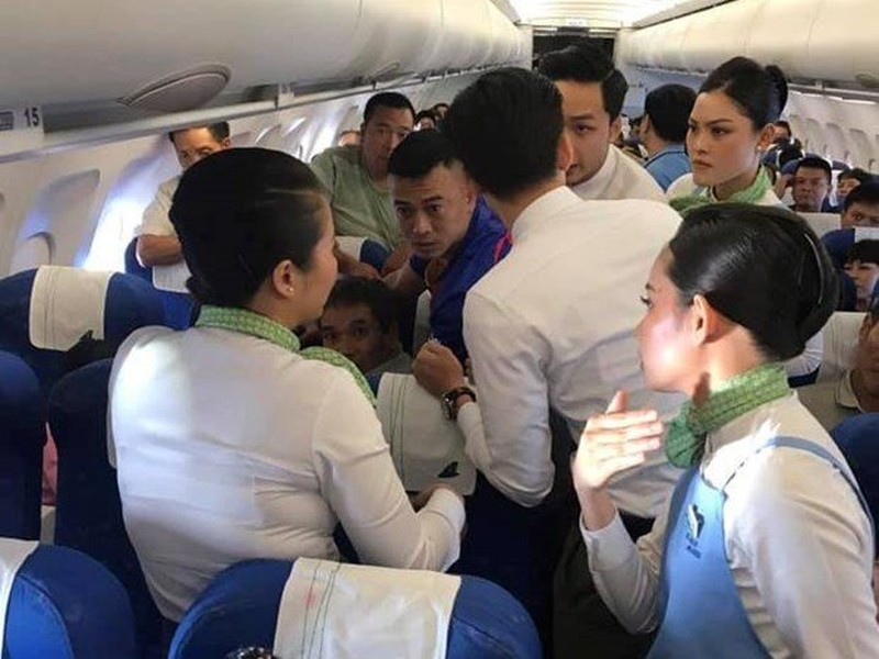 Nu hanh khach can luoi, co giat tren may bay Bamboo Airways