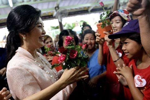 """Cuu Thu tuong Thai xinh dep Yingluck tung """"vu khi"""" dac biet"""