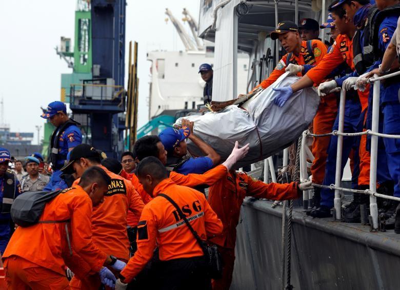"""Indonesia """"chay dua"""" thoi gian tim xac may bay roi xuong bien-Hinh-8"""