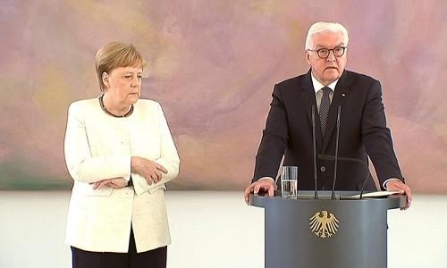 Thu tuong Duc Merkel lai run lay bay giua su kien cong khai