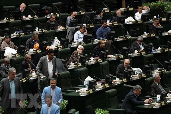 Bon nghi sy Quoc hoi Iran duong tinh voi virus corona
