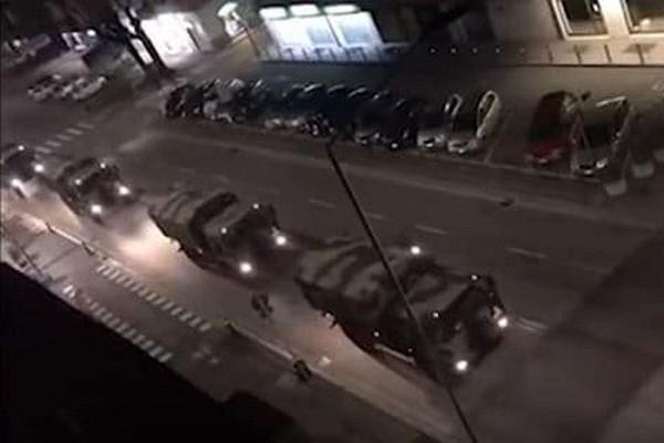Video: Hang dai xe quan su van chuyen thi the benh nhan Covid-19 o Italy