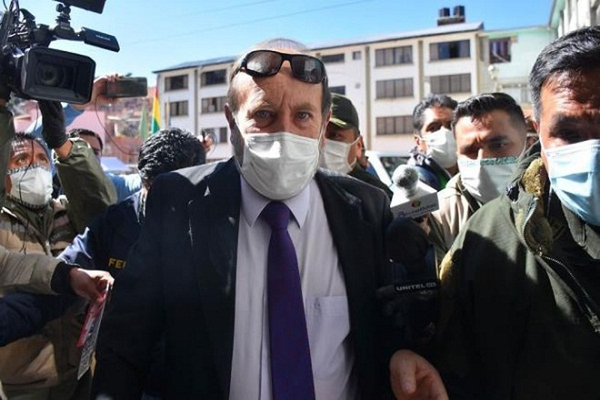 COVID-19: Cho mua may tho gia qua cao, Bo truong Bolivia bi bat