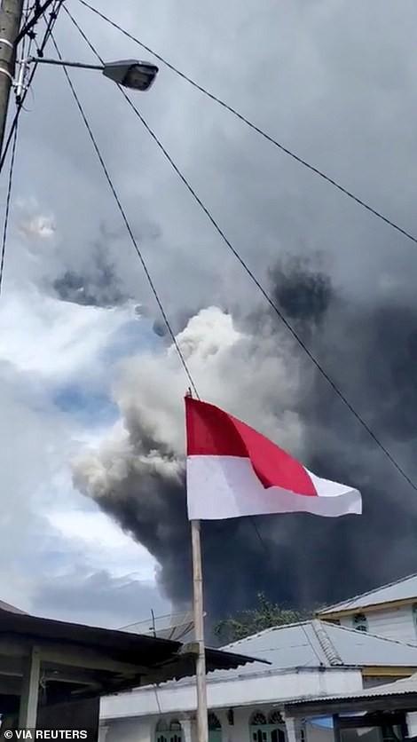 """Canh hai hung nui lua Indonesia """"thuc giac"""", phun trao khoi bui-Hinh-9"""
