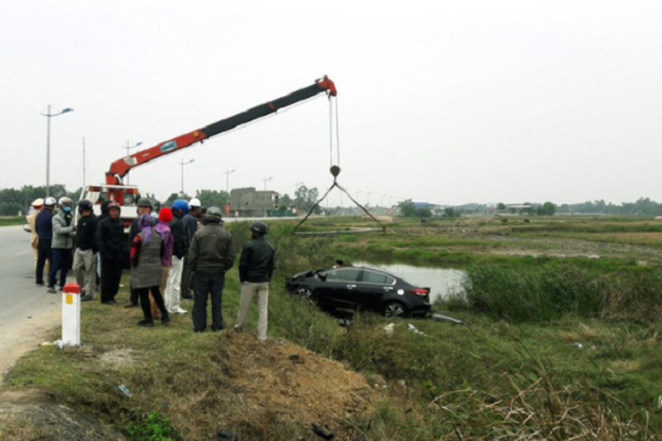Toyota Vios tong bay cot moc lao xuong ruong, tai xe tu vong