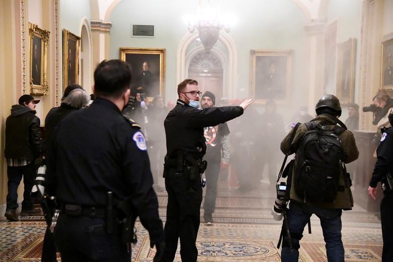 Hau bao loan o Doi Capitol: Bao nhieu quan chuc roi chinh quyen Trump?-Hinh-9