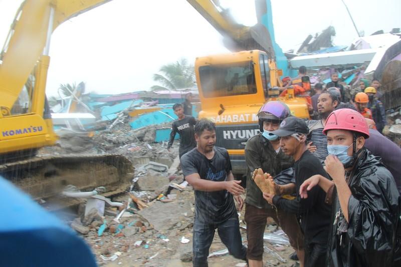 Indonesia chay dua cuu nguoi sau vu dong dat-Hinh-12