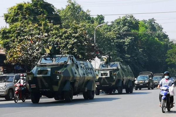 Chinh bien o Myanmar: Ngung moi chuyen bay den va roi khoi dat nuoc?