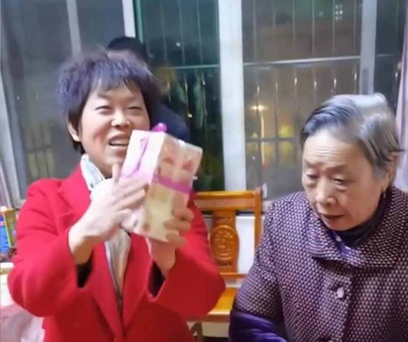 """Li xi """"phong cach ba noi"""", cam gio tien hon 2,8 ty mung tuoi cho cac chau-Hinh-2"""