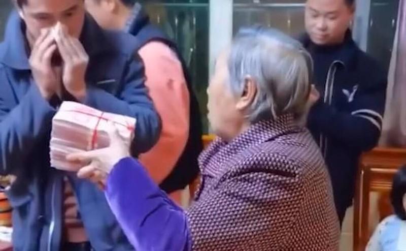 """Li xi """"phong cach ba noi"""", cam gio tien hon 2,8 ty mung tuoi cho cac chau-Hinh-3"""