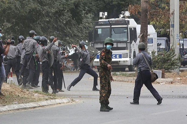 Bieu tinh o Myanmar: Canh sat no sung, hang chuc nguoi thuong vong