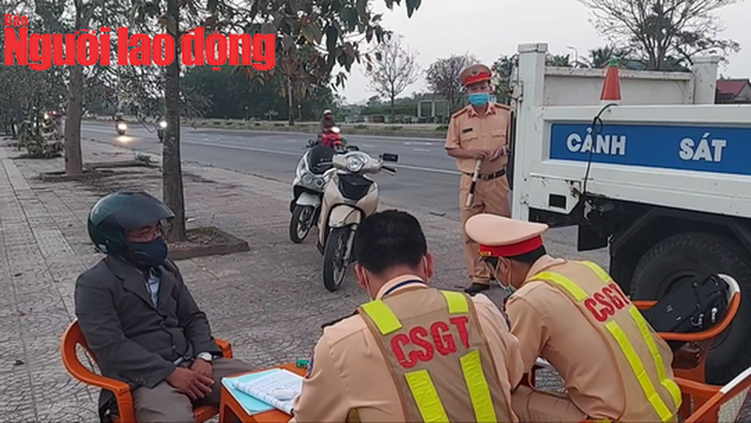 "Video: Tu choi do nong do con, goi dien thoai cho ""nguoi than"" va cai ket-Hinh-2"