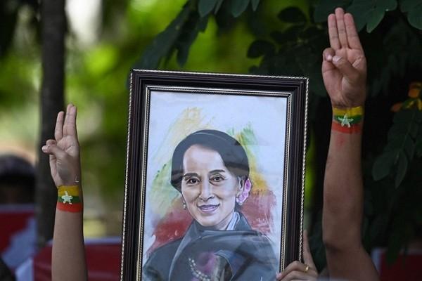 Ba Aung San Suu Kyi lan dau xuat hien sau chinh bien Myanmar