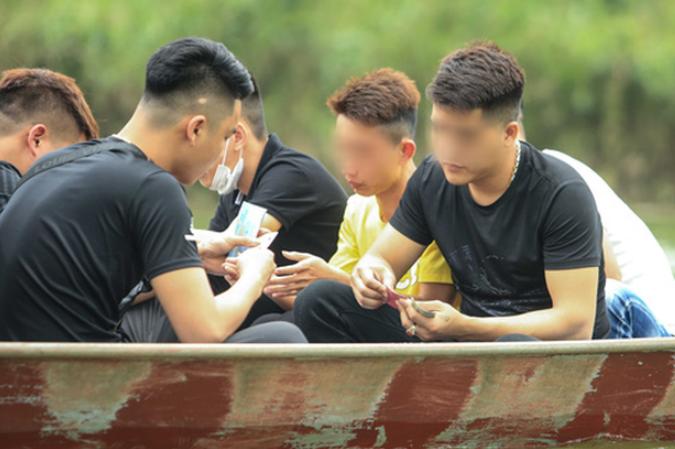 Ban quan ly chua Huong noi gi truoc tinh trang du khach danh bai tren thuyen?-Hinh-8