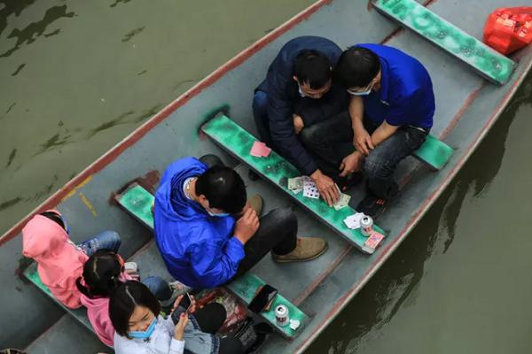 Ban quan ly chua Huong noi gi truoc tinh trang du khach danh bai tren thuyen?