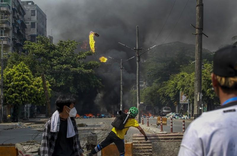 """Anh: Nguoi bieu tinh chong tra luc luong an ninh tai """"diem nong"""" Yangon-Hinh-11"""