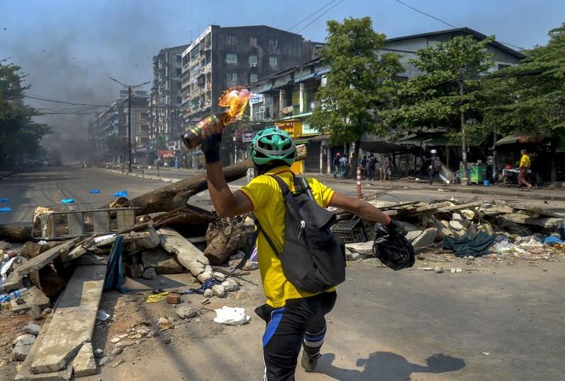 """Anh: Nguoi bieu tinh chong tra luc luong an ninh tai """"diem nong"""" Yangon-Hinh-6"""