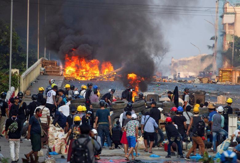 """Anh: Nguoi bieu tinh chong tra luc luong an ninh tai """"diem nong"""" Yangon-Hinh-7"""