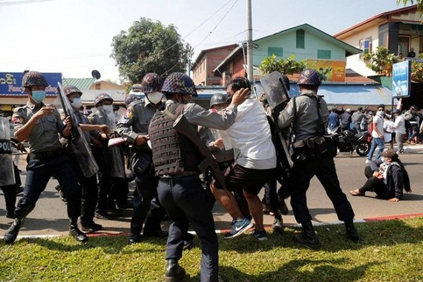 Myanmar: Nguoi bieu tinh dung vu khi tu che doi dau luc luong an ninh