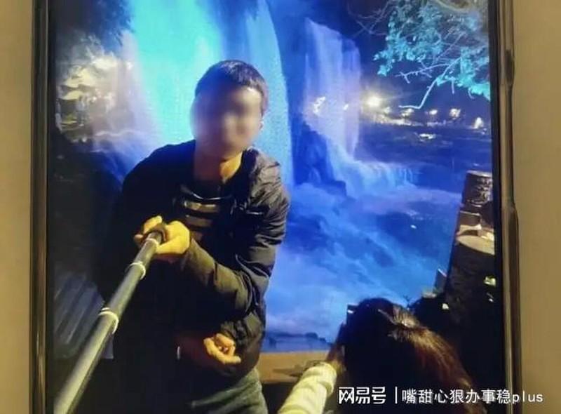 Nguoi cha tan nhan ban con lay tien dua vo moi di du lich-Hinh-2