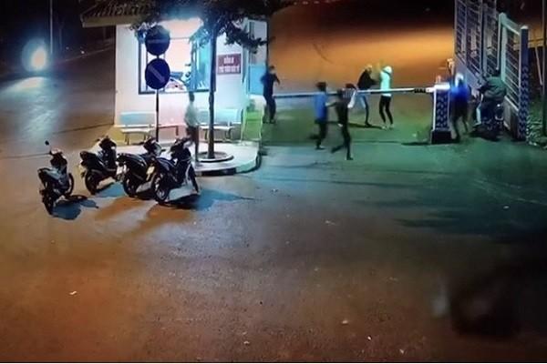 Video: Hai nhom thanh nien hon chien truoc cong KCN Long Khanh