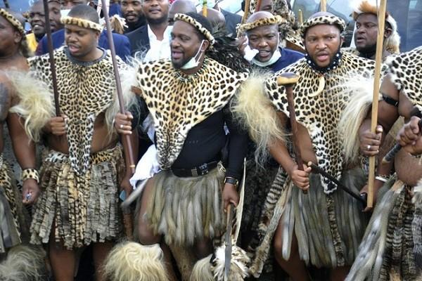 Hoang tu Zulu tranh gianh ngai vang