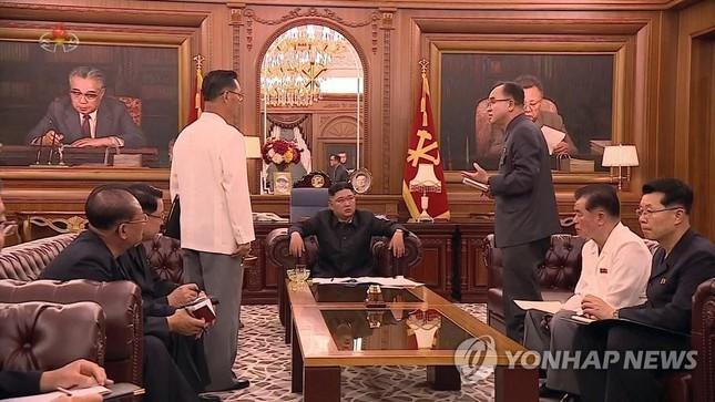 Ong Kim Jong-un gay xon xao khi bat ngo giam can-Hinh-2